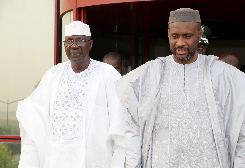 Le nouveau chef du gouvernement Modibo Keïta et son prédécesseur Moussa Mara lors de la passation de pouvoir, vendredi 9 janvier, à Bamako.