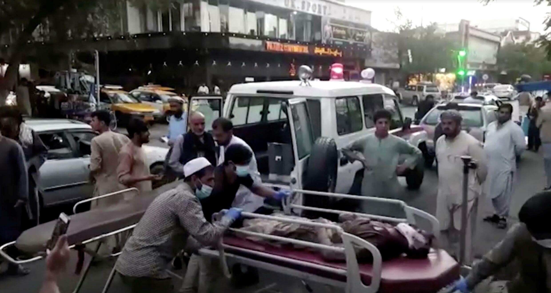 喀布爾國際機場恐襲事件發生後被送醫的阿富汗受傷民眾