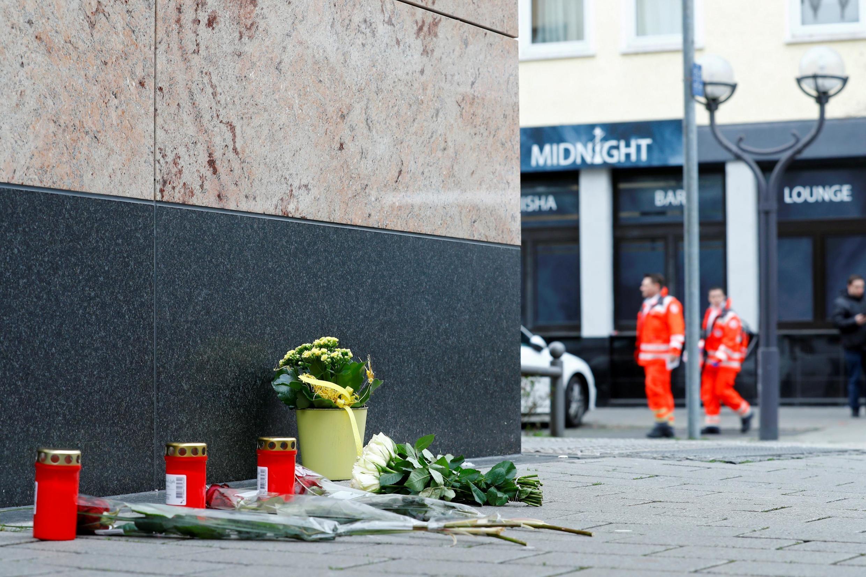 Flores forram colocadas nos locais dos atentados em homenagem às 9 pessoas que foram mortalmente baleadas da noite passada em Hanau, na Alemanha.
