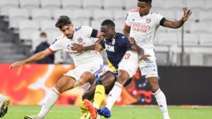 Le milieu de terrain monégasque Youssouf Fofana, aux prises avec les Brésiliens de Lyon, le milieu de terrain Lucas Paqueta (G) et le défenseur Thiago Mendes, lors de leur match de Ligue 1, le 25 octobre 2020 à Décines-Charpieu, près de Lyon