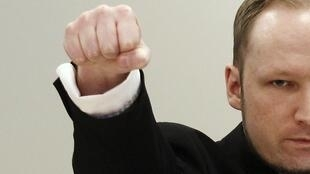 O assassino norueguês Anders Breivik, acusado de terrorismo, repete gesto nazista no tribunal de Oslo, nesta terça-feira.