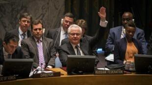 L'ambassadeur de Russie à l'ONU Vitali Tchourkine vote contre l'adoption d'une résolution sur la saisine de la CPI sur les crimes commis en Syrie.