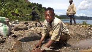 Des femmes, des enfants et des hommes travaillent à la recherche de minerais dans des tunnels dangereux à l'aide de pelles ou de leurs mains nues. Beaucoup sont blessés ou tués par l'effondrement des puits de mine. (Photo d'illustration, Lac Kivu en RDC)