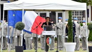 La ministra Florence Parly habla durante un homenaje nacional a dos soldados franceses de la fuerza antiyihadista muertos en Malí, el 9 de septiembre de 2020 en Tarbes, al sur de Francia