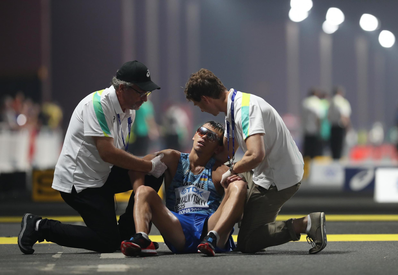 Медики поддерживают украинского ходока Марьяна Закальницкого, соревнование на дистанции 50 км
