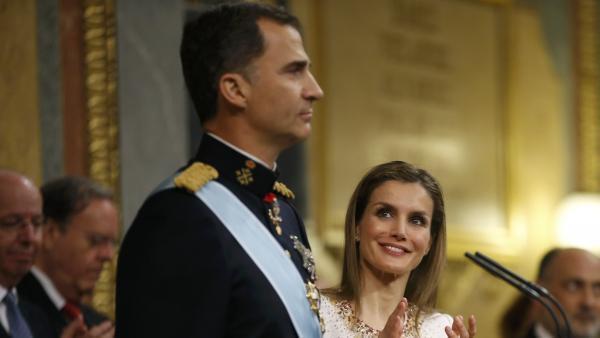 Malkia Letizia na Mfalme mpya wa Uhispania Felipe VI, wakati akiapishwa mbele ya bunge, leo Juni 19 2014.