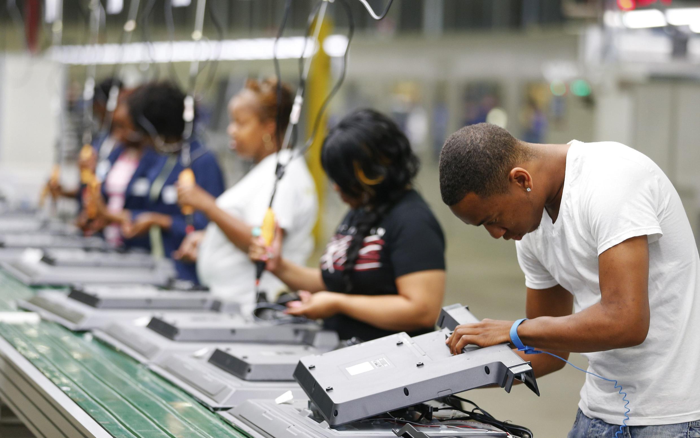 Diminuição do desemprego nos Estados Unidos atingiu o nível mais baixo em seis anos. Na foto fábrica de montagem de televisores em Winnsboro, na Carolina do Sul.