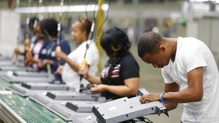 Diminuição do desemprego nos Estados Unidos que atingiu o nível mais baixo em dez anos. Na foto fábrica de montagem de televisores em Winnsboro na Carolina do Sul.