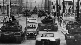 Des chars américains et soviétiques se font face au Checkpoint Charlie en octobre 1961.