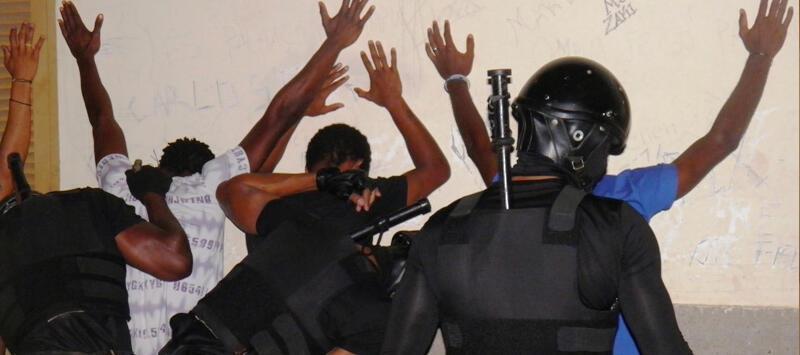 Polícia cabo-verdiana revista pessoas suspeitas