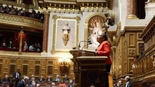 A ministra francesa da Justiça, Christiane Taubira, nesta quinta-feira, dia 4 de abril, discursa na seção de abertura do debate do projeto de lei que pretende autorizar o casamento homossexual.