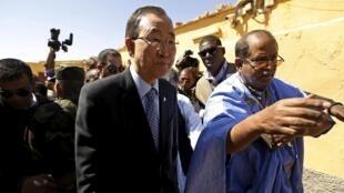 Le secrétaire général de l'ONU, Ban Ki-moon, lors de son arrivée à Tindouf, où siège le gouvernement de la République arabe sahraouie démocratique, le 5 mars 2016.