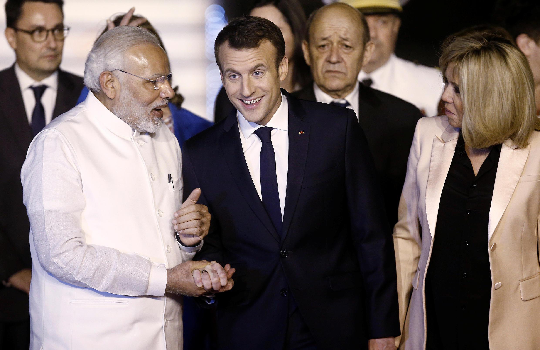 O premiê indiano Narendra Modi recebe o presidente francês Emmanuel Macron e sua esposa Brigitte em Nova Déli, na Índia, em 9 de março de 2018.