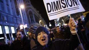 Manifestantes protestam em Madri para pedir a renúncia do premiê espanhol, Mariano Rajoy.