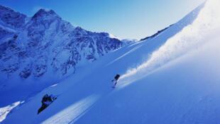 Un snowboardeur descendant le mont Cheget, une montagne du Caucase russe.