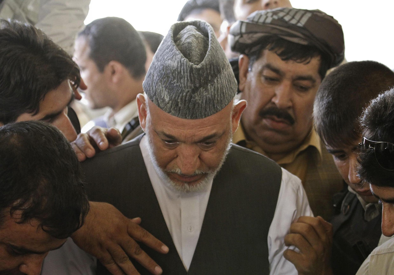 Hamid Karzai akiongoza shughuli za mazishi ya ndugu yake