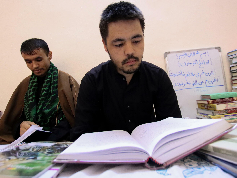 Un afgano, de la minoría hazara, reza en Nayaf, en Irak, el 29 de agosto de 2021
