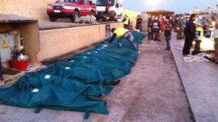 Les corps des 25 clandestins décédés, sur le quai du port de Lampedusa, le 1er août 2011.