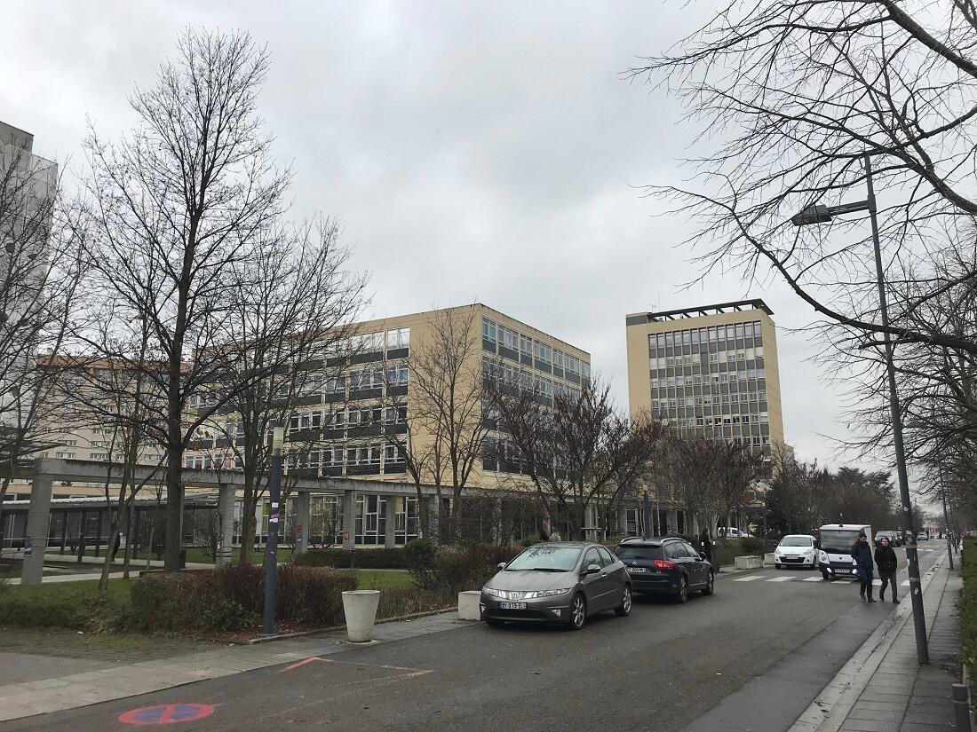 En arrière-plan, la tour administrative d'où le Mouvement est parti.