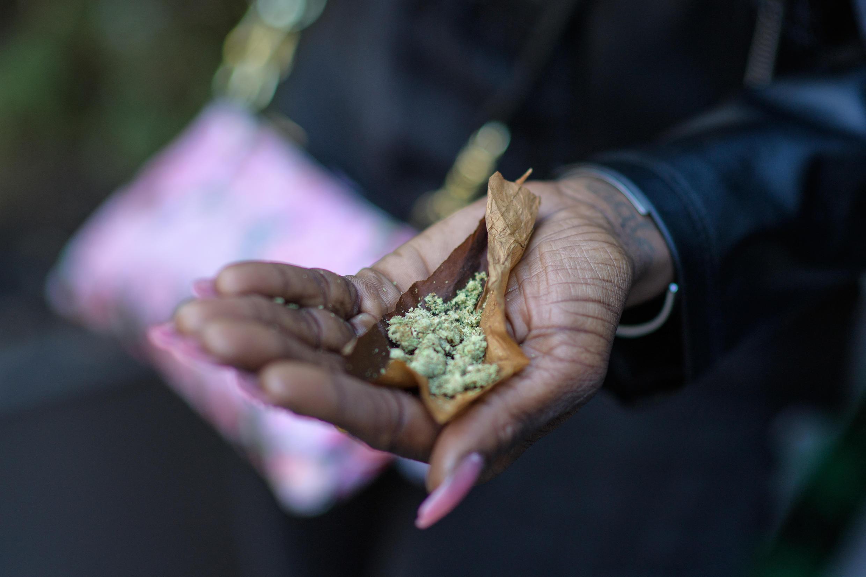 Une personne roule un «joint» lors de la NYC Cannabis Parade & Rally en faveur de la légalisation de la marijuana à des fins récréatives et médicales, le 1er mai 2021 à New York.