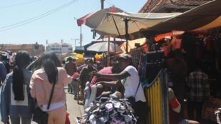 Sur le marché d'Analakely, distanciation sociale et port du masque peinent à être respectés.