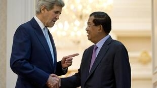 Ngoại trưởng Mỹ John Kerry (trái) gặp thủ tướng Cam Bốt Hun Sen tại Phnom Penh ngày 26/01/2016.