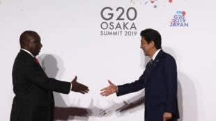 Le président sud-africain Cyril Ramaphosa et le Premier ministre japonais Shinzo Abe lors du G20 à Osaka, le 28 juin 2019 (image d'illustration).