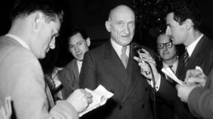 Robert Schuman surrounded by journalists in 1951 when he was French foreign minister