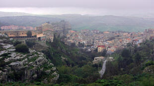 Le village de Corleone en Sicile. En 1996, une loi permet de réutiliser villas, immeubles et terres confisqués à la Mafia à des fins sociales et culturelles.12 670 biens ont été saisis, dont 1 663 entreprises. Seulement 10 sociétés ont trouvé preneur.