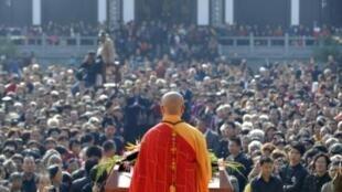 Một nhà sư giảng kinh Phật tại Chiết Giang. Ảnh chụp ngày 13/10/2010.