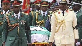 An honour guard carries Yar'adua's body to a military plane