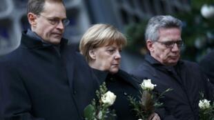លោកស្រី Angela Merkel និងចៅហ្វាយក្រុងប៊ែរឡាំង Michael Müller (ឆ) និងរដ្ឋមន្ត្រីក្រសួងមហាផ្ទៃ នៅកន្លែងកើតភេរវកម្ម