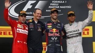 Daniel Ricciardo e o engenheiro da Red Bull Paul Monagham entre o segundo colocado, Fernando Alonso (à esquerda), e Lewis Hamilton.