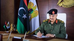 El mariscal Jalifa Haftar en su despacho en Bengasi, en el este de Libia, en una imagen de septiembre de 2020 difundida por el servicio de prensa del autoproclamado Ejército Nacional Libio