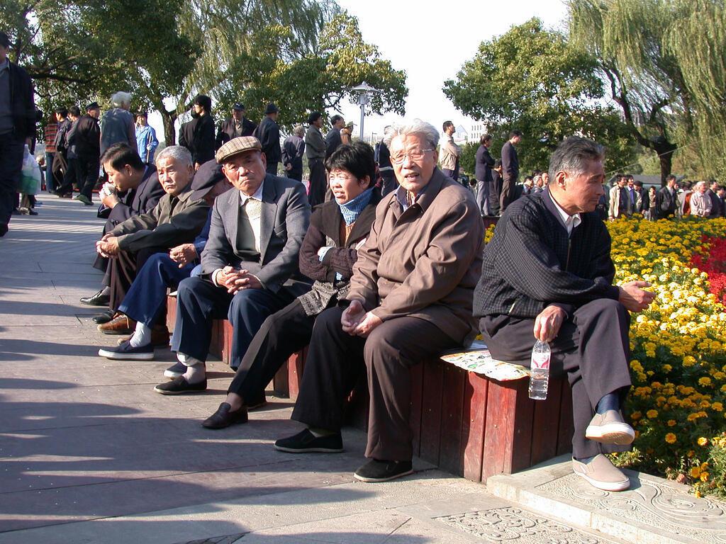 Các bác cao niên trong một công viên ở Hàng Châu - DR