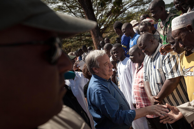 Antonio Guterres, secrétaire général des Nations unies avec les membres de la communauté musulmane dans le camp du Petit séminaire à Bangassou, le 25 octobre 2017.