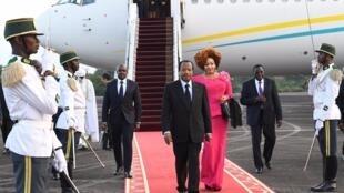 Rais wa Cameroon Paul Biya akiwa na mkewe baada ya kuwasili jijini Yaounde