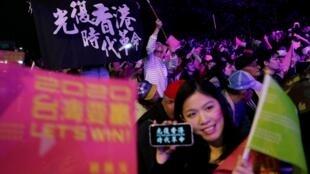 """图为一些打着""""光复香港""""横幅的香港青年11日晚在台北民进党总部欢庆蔡英文当选。"""