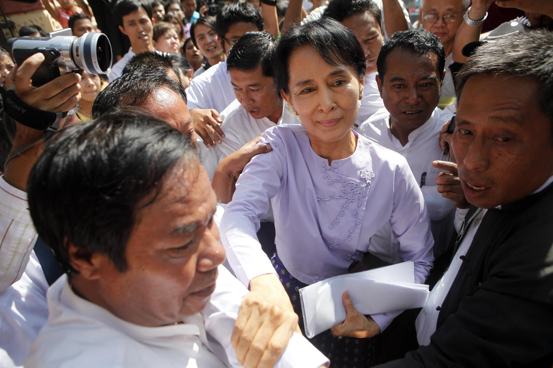 Bà Aung San Suu Kyi trong vòng vây những người ủng hộ tại Rangun hôm 16/11/2010