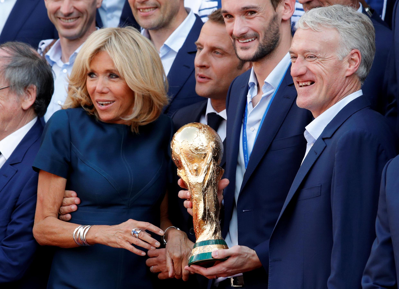 Tổng thống Pháp Macron và phu nhân nâng Cúp vàng vô địch của đội tuyển Pháp với huấn luyện viên Didier Deschamps và thủ quân Lloris, điện Elysée, ngày 16/07/2018.