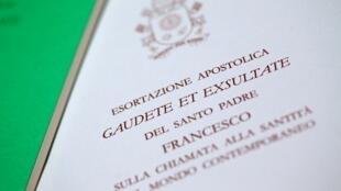 """O documento do Papa Francisco, a exortação apostólica intitulada """"Gaudete et exsultate"""", em foto tirada no Vaticano em 9 de abril de 2018"""