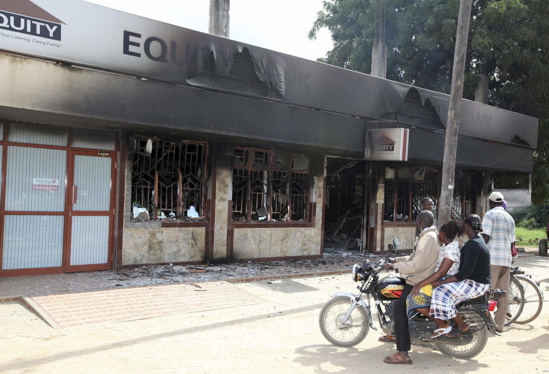 Des habitants de Mpeketoni observent les dégâts provoqués au lendemain de l'attaque, le 16 juin 2014.