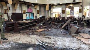 Catedral Monte Carmelo, em Jolo, sul das Filipinas, atingida por duas explosões neste domingo (27).