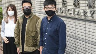Desde la izquierda, los jóvenes activistas Agnes Chow, Ivan Lamm y Joshua Wong, en Hong Kong, China, el 23 de noviembre de 2020
