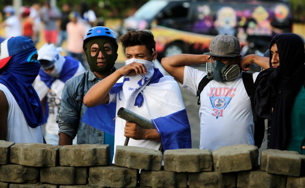 Des manifestants dressent une barricade à Leon, à une centaine de kilomètres de Managua, la capitale du Nicaragua, après la suspension du dialogue national entre gouvernement et opposition.