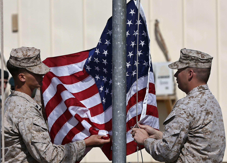 Des soldats américains retirent leur drapeau de la base militaire de Helmand en Afghanistan, le 26 octobre 2014.