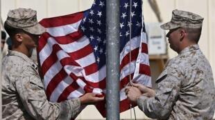 Des soldats américains retirent leur drapeau de leur base militaire dans le Helmand en Afghanistan, le 26 octobre 2014.
