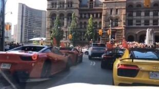 """8月17日多伦多街头一群中国留学生开着超跑辱骂支持反送中的港生""""穷X""""。"""