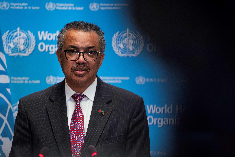 Una fotografía tomada y difundida por la Organización Mundial de la Salud (OMS) el 24 de mayo de 2021, muestra al Director General de la institución Tedros Adhanom Ghebreyesus pronunciando un discurso durante la 74ª Asamblea Mundial de la Salud, en la sede de la OMS, en Ginebra