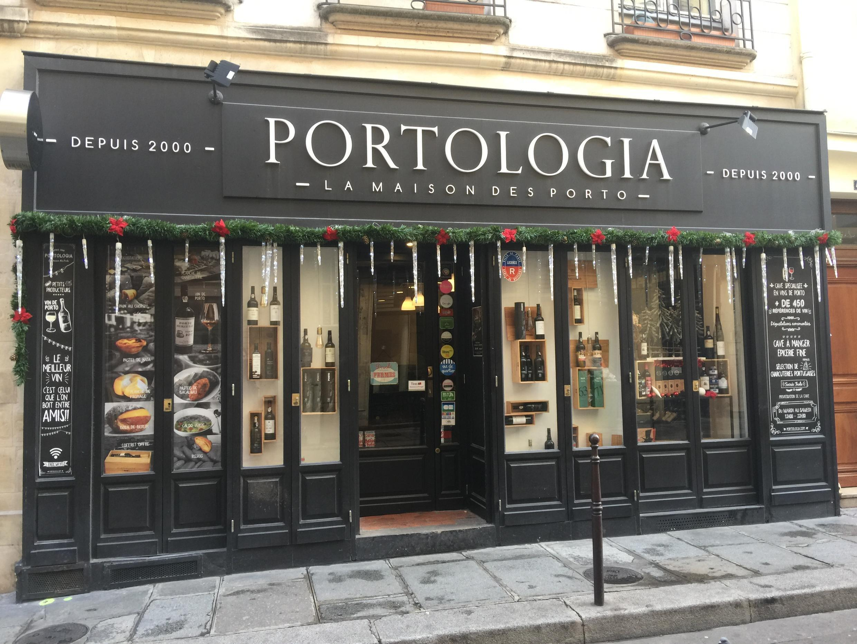 """Fachado do """"Portologia"""" em Paris."""